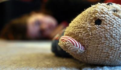 Teddybär vor Kind