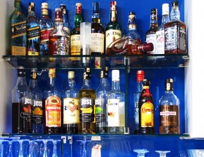 Hotelbar mit Getränkeregal