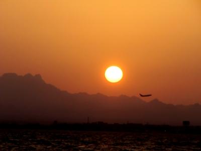 Flug in den Sonnenuntergang