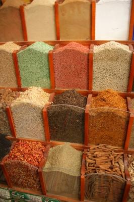 Kräuter und Gewürze im Souk von Assuan
