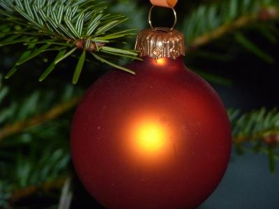 Weihnachtsbaum orangene Kugel