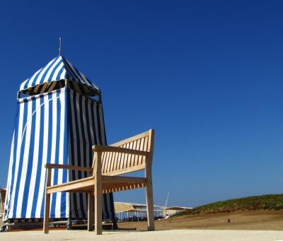 Sonniges Strandleben mit Kabine