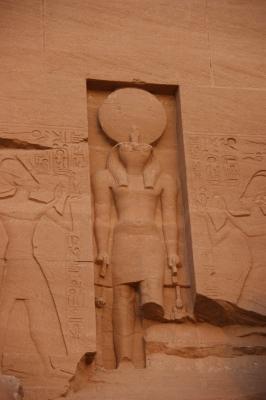 Die Statue von Ra Harakhti mit Sperberkopf.