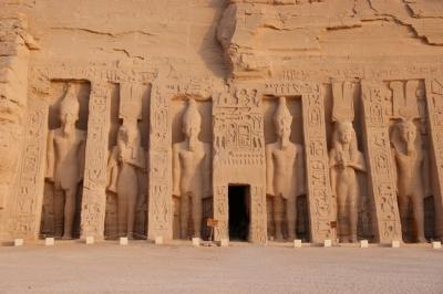 Die Statuen vor dem Hathor-Tempel der Nefertari