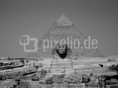 Frontansicht des Sphinx, im Hintergrund die Chephren-Pyramide