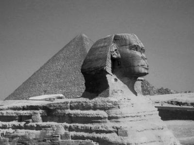 Der Sphinx von Gizeh, im Hintergrund die Cheops-Pyramide