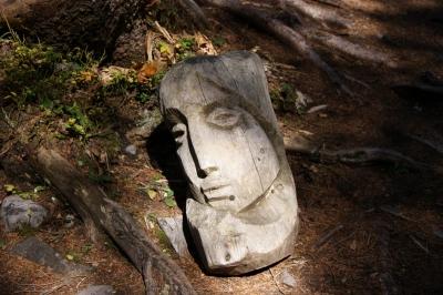 Frauenbildnis aus Holz geschnitzt