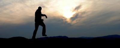 Running auf Heuballen im Sonnenuntergang