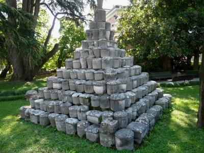 Urnen-Pyramide