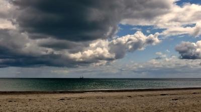 Dunkle Wolken über der Ostsee