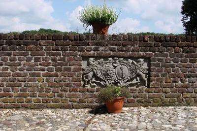 Wasserschloss Wissen am Niederrhein, Schlossmauer mit Wappen