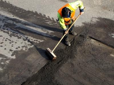 Straßenarbeiter mit Besen