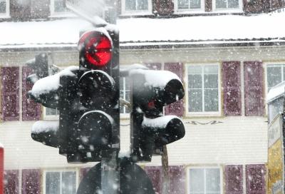 Ampel im Schneegestöber