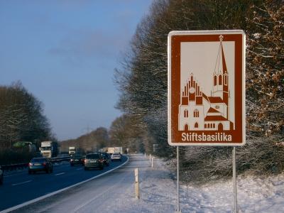 Autobahnschild Stiftsbasilika