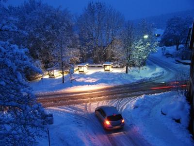 Strassenkreuzung am Wintermorgen