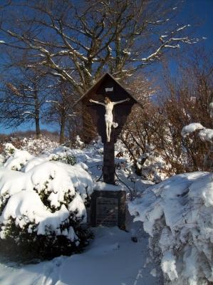 Winterliches Wegkreuz