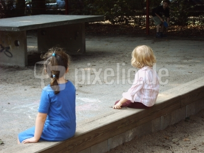 Mädchen sitzen getrennt