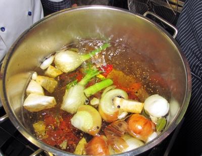 Gemüsesud im Kochtopf