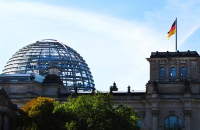 Bundestags-Kuppel und D-Fahne