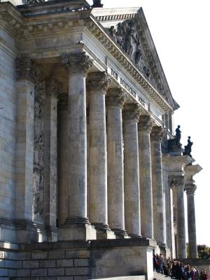 Reichstagstreppe mit Besucherschlange