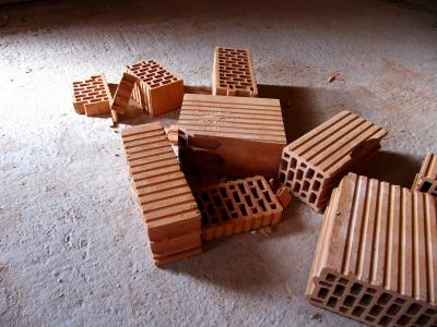 Ziegelsteine auf Baustelle