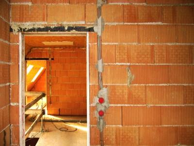 Rohbau mit Ziegelsteinen und Dachausbau