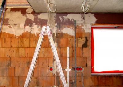Rohbau mit Leiter und Fenster
