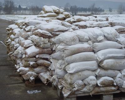 Hochwasserschutz - Sandsäcke im Winter