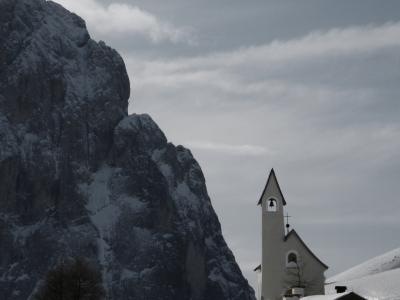 Kapelle mit Langkofel in den Dolomiten