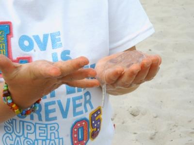 glibbrige Qualle in Kinderhänden