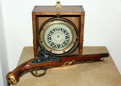 Alter Kompass mit Pistole