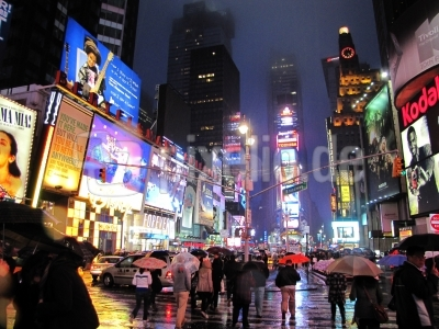 Times Square Regenabend roter Schirm