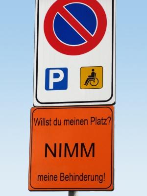 Behindertenparkplatz - origineller Hinweis!