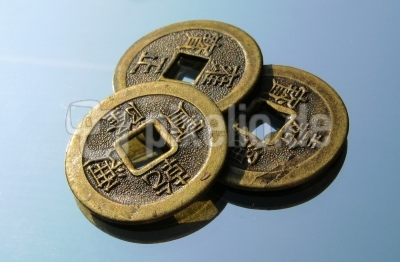 Chinesische Glücksmünzen zum Auffädeln