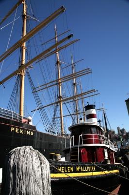 Dampfschlepper und Museumsschiff im Hafen NYC