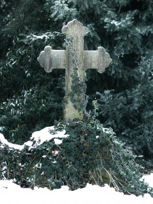 Grab mit Kreuz