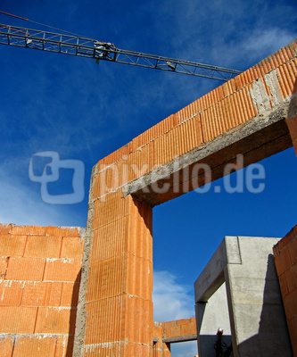 Baustelle mit Rohbau und Kranausleger 2