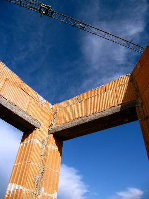 Baustelle mit Rohbau und Kranausleger 3
