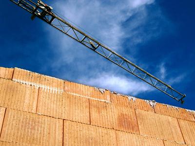 Baustelle mit Rohbau und Kranausleger 5