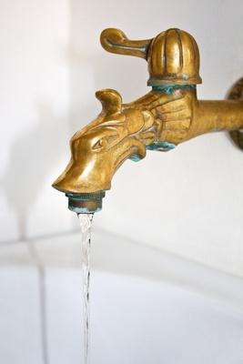 Wasserhahn aus Messing mit Wasserstrahl