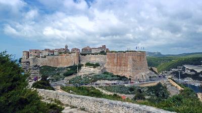 Bonifacio-Stadt auf Felsen