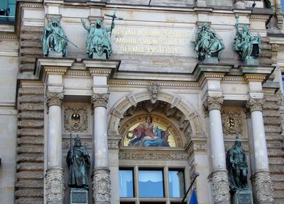 Fassadenschmuck am Rathaus (Teilansicht)
