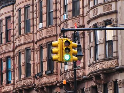 Manhattan - Brownstone-Hausfassaden mit Ampel