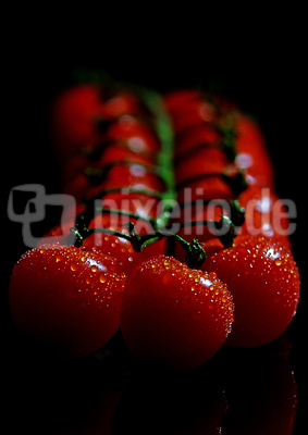 Tomaten auf schwarz