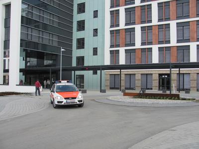 Einsatzwagen vor neuer UNI-Klinik in Gießen
