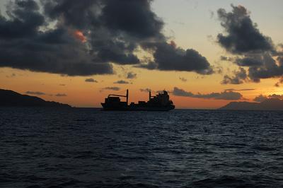 Frachter im Sonnenuntergang
