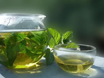 Pfefferminz-Tee mit ruhigem Hintergrund