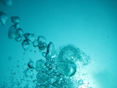 Luftblasen unter Wasser