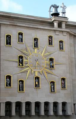 Brüssel, Wanduhr mit Statuetten