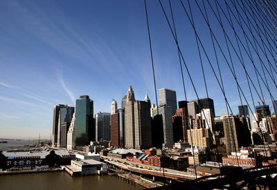 Blick auf Pier 17 und Downtown Manhattan
